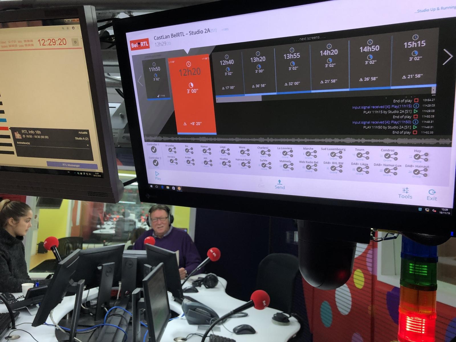 L'animateur Christian De Paepe, avec son assistante Julie Verdeyen, dans le studio 2A de Bel RTL, interface du CastLan. © Thierry Peters