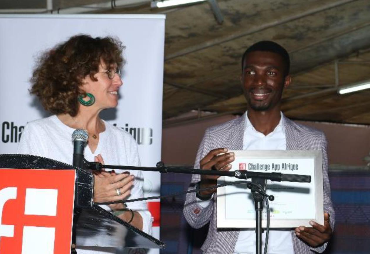 Emmanuelle Bastide remet le prix à Kevin Sesse