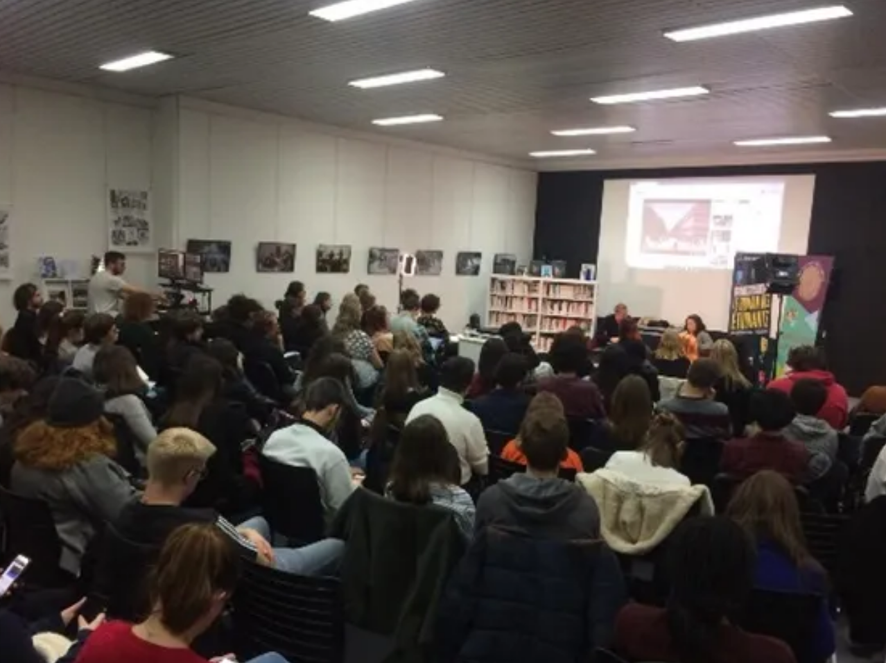 Emma Becker lors d'une rencontre pour les jurés étudiants animée par Stéphane Chaudier, professeur de littérature à l'Université de Lille © Radio France
