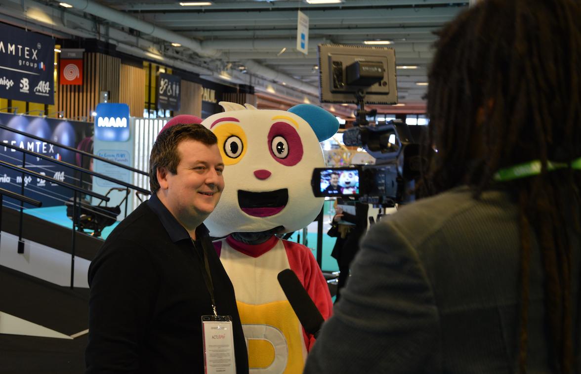 Laurent Brochet et Pitchoun, la mascotte du groupe média. © D.R.