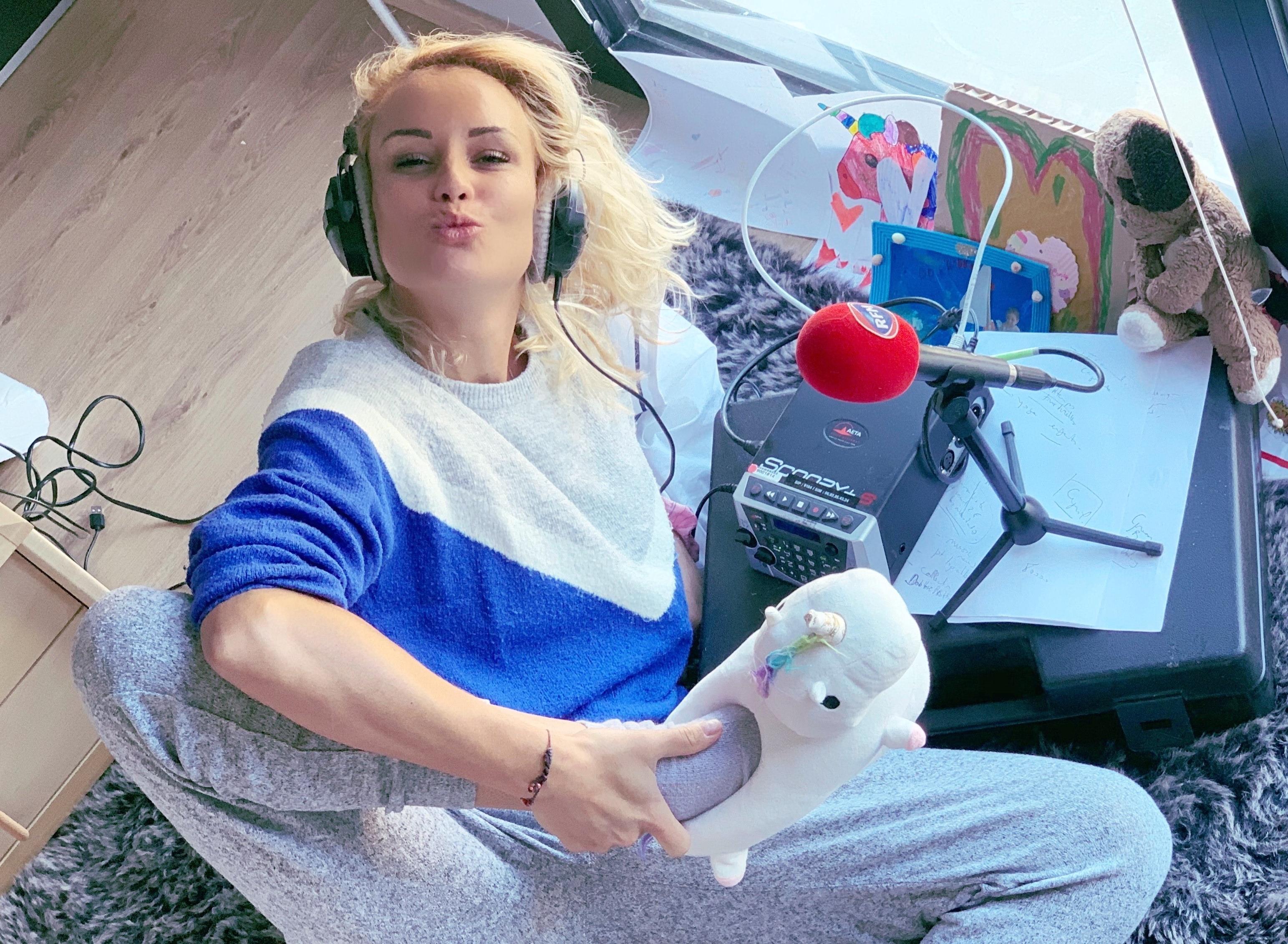 En pyjama et en pantoufles, Élodie Gossuin coanime la matinale de RFM depuis son salon. © D.R.