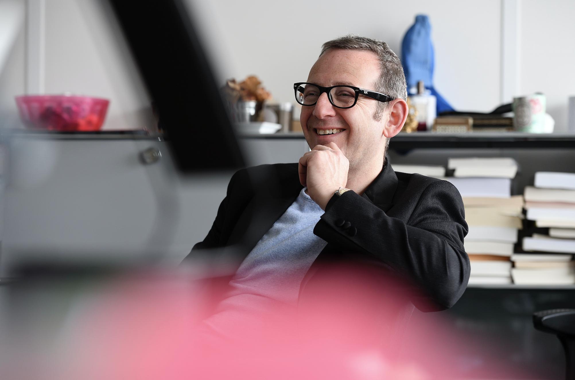 Guillaume Erner présente Les Matins de France Culture, mais il est aussi... docteur en sociologie. © Radio France/Christophe Abramowitz