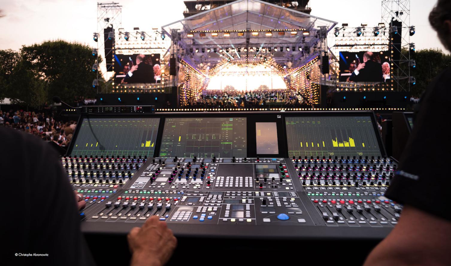 """Ce mardi soir à 21h, """"Le Concert de Paris"""" sera diffusé en direct sur France 2 et France.tv (présenté par Stéphane Bern) et en direct sur France Inter (présenté par Anna Sigalevitch)"""