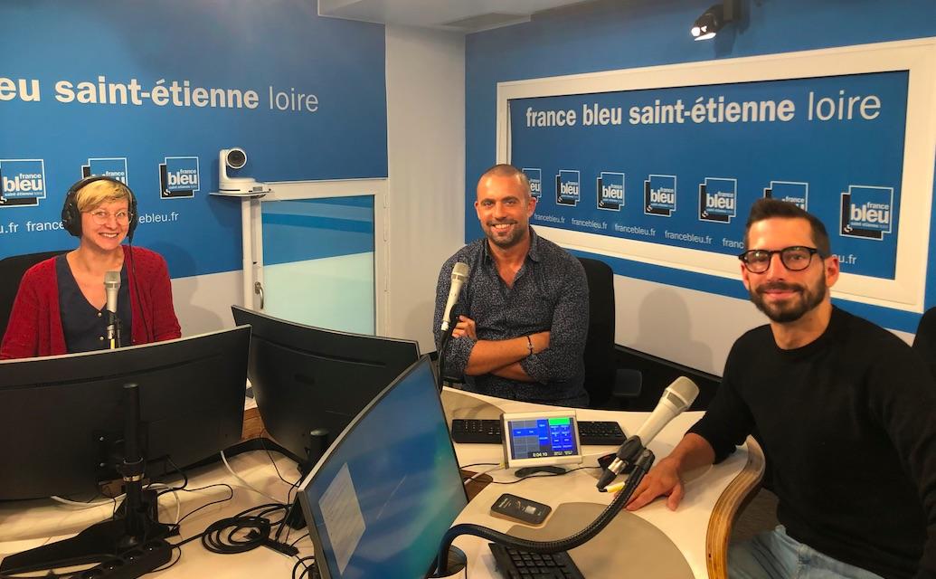 Le studio de France Bleu Saint-Étienne Loire avec (de gauche à droite) : Tifany Antkowiak (journaliste), Grégory Régnier (animateur) et Sébastien Cabrita Dos Santos (journaliste)
