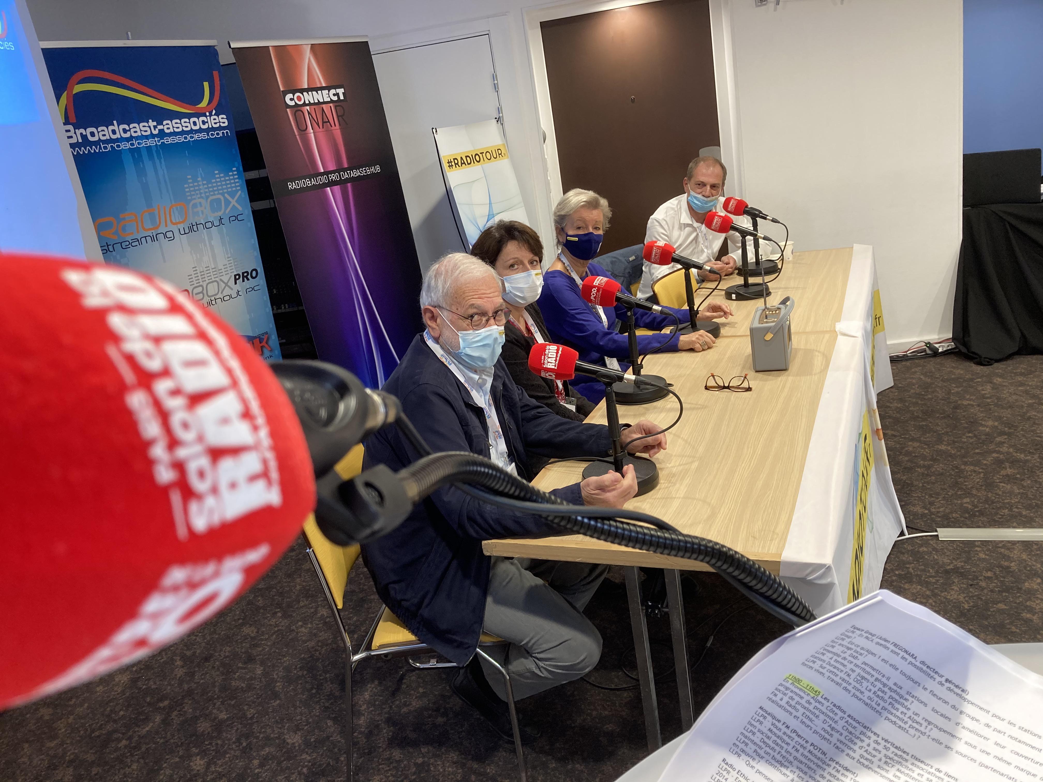 Pierre Potin, président de Mosaïque FM, assis au premier plan