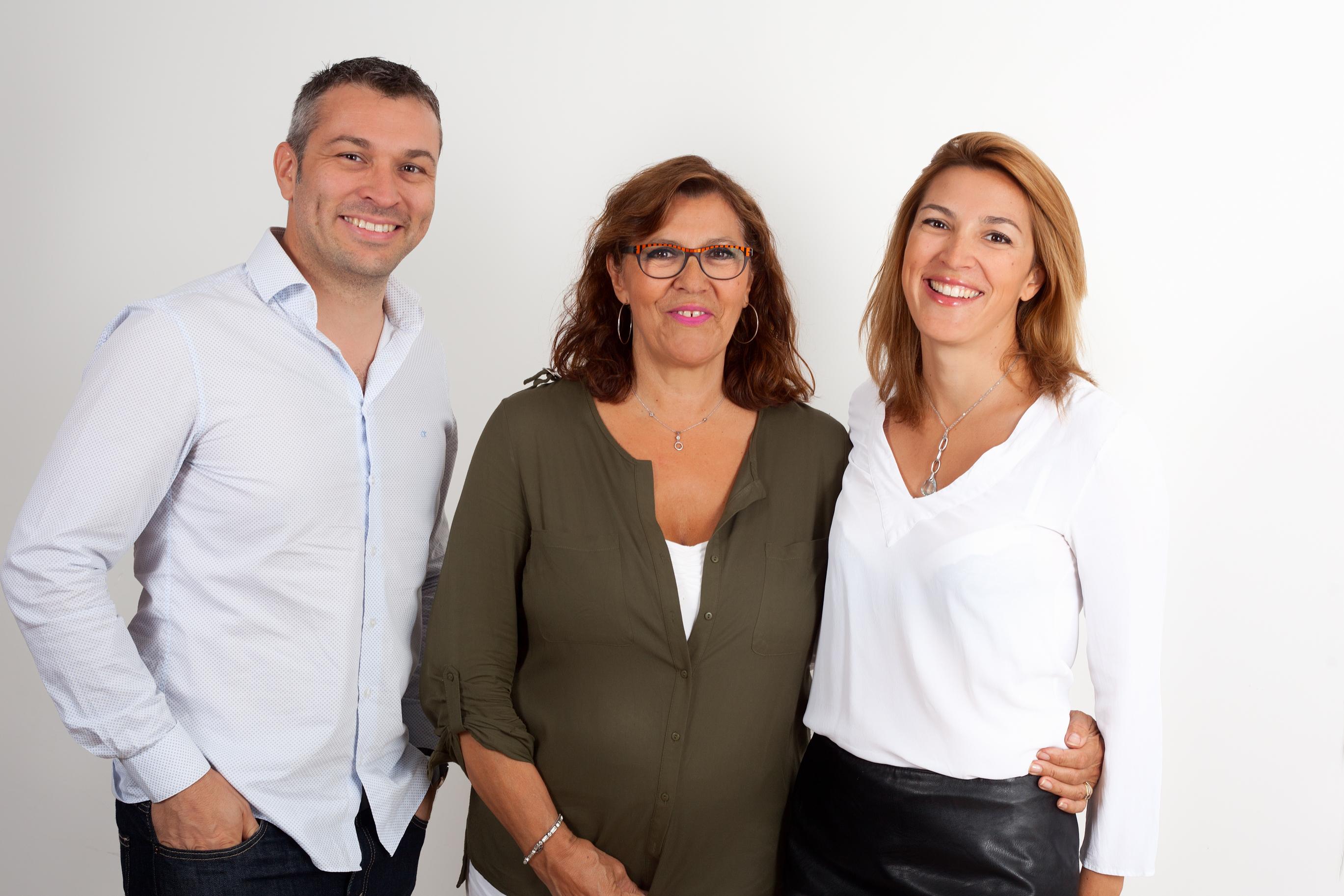 Le trio dirigeant de RTS : François-Xavier et Diane Delacoux entourent leur mère, Madeleine. © Geneviève Motsch.