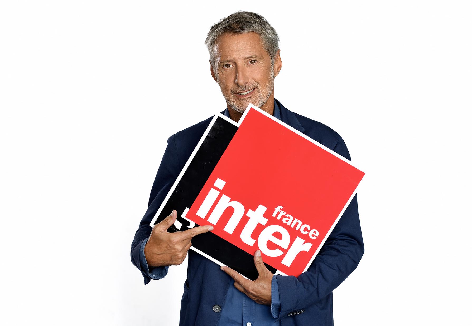 27 ans après BaBeBiBoBu sur RFM, Antoine de Caunes retrouve le micro, sur France Inter. © Christophe Abramowitz/Radio France.