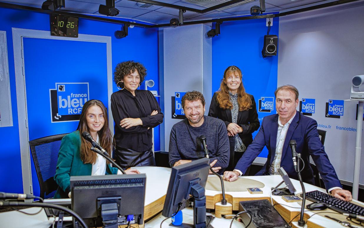 De gauche à droite : Hélène Battini (journaliste), Evelaine Fontana (animatrice), Patrick Rossi (journaliste), Caroline Saglione (journaliste) et Didier Arnoux (journaliste).