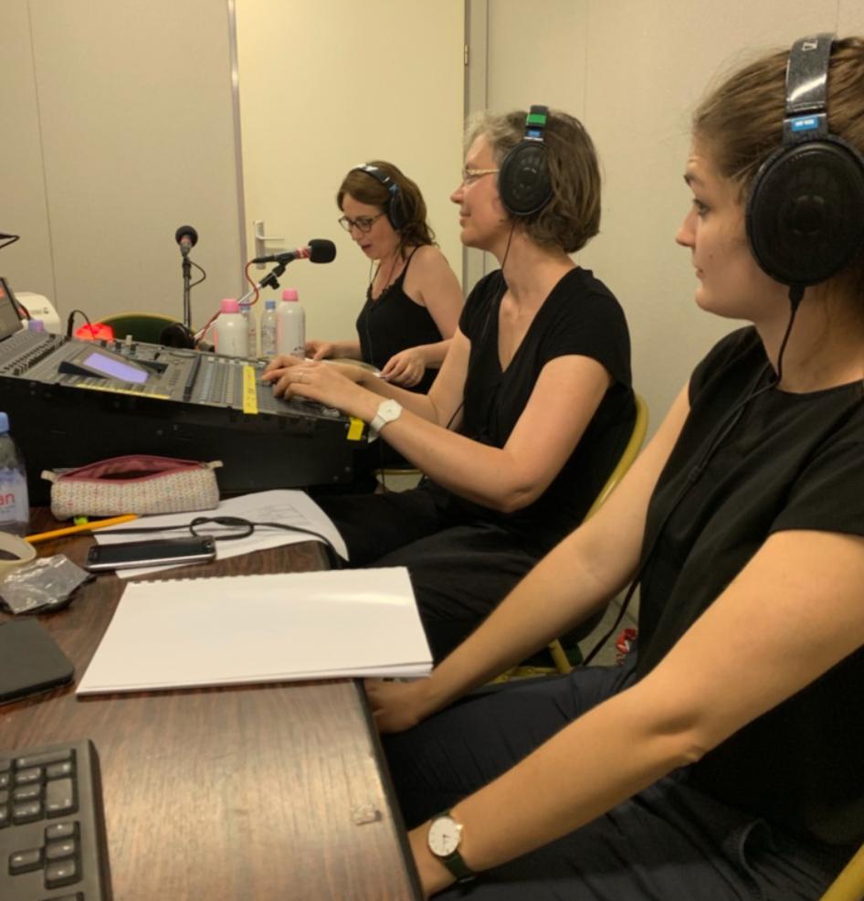 Le studio mobile de Radio Classique en juillet 2020. Avec à la prise de son : Marion Bénet à la direction artistique (au premier plan), Aurélie Messonnier au mixage son (au centre) et la journaliste Laure Mézan (à l'arrière-plan). © Radio Classique.
