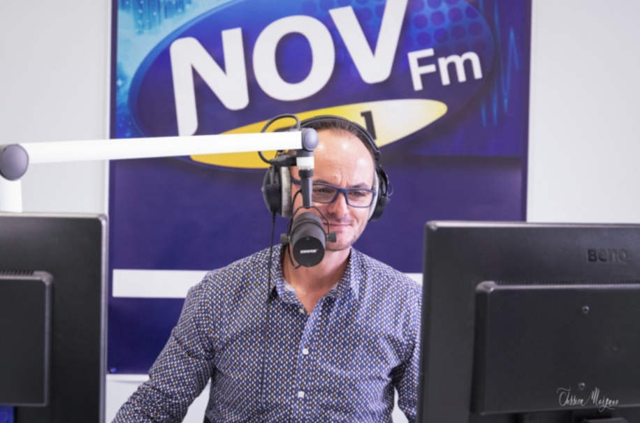 """Directeur de Nov FM, Arnaud Guittot anime également la matinale de 6h30 à 10h."""" Crédit photo : Jessica Morgane."""