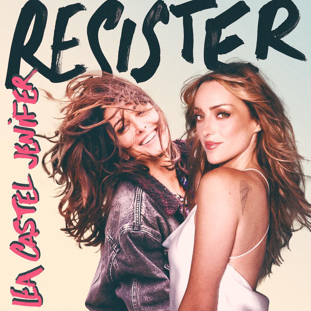 """Découvert un peu par hasard, le titre """"Résister"""" est interprété par Léa Castel et Jenifer. Franchement, c'est bien fait, très entrainant et positif. On se dit donc que les radios vont naturellement suivre. Nous, on a dansé sur ce titre tout l'après-midi d'hier et on devrait continuer tout l'été..."""