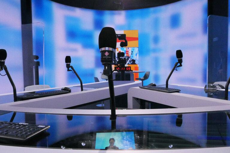 """Amptec a installé des supports de microphone """"compatibles avec la télévision"""" et des composants sur mesure pour les micros Neumann de la station © RTBF"""