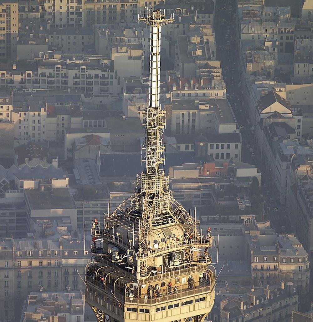 Les installations techniques au sommet de la Tour Eiffel © TDF