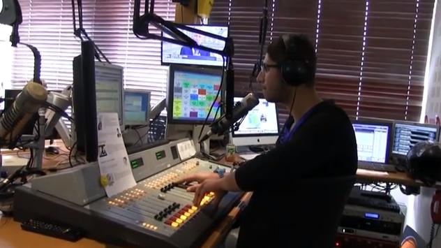 Ahmed au micro de la radio Ado