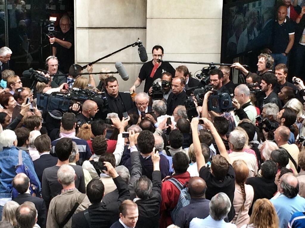 Bain de foule pour Philippe Bouvard relayé par le compte Twitter de Sophie Déroulède