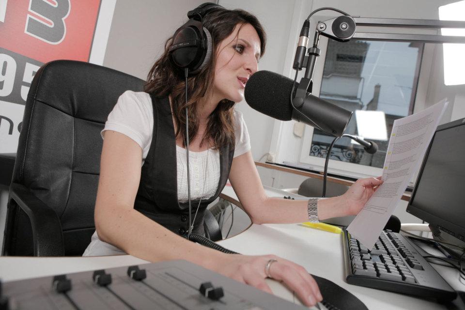 Kathleen dans les studios de Phare FM à Mulhouse