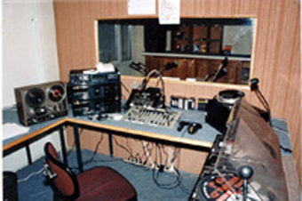 Les studios de Lor'FM en 1995, dans des préfabriqués.