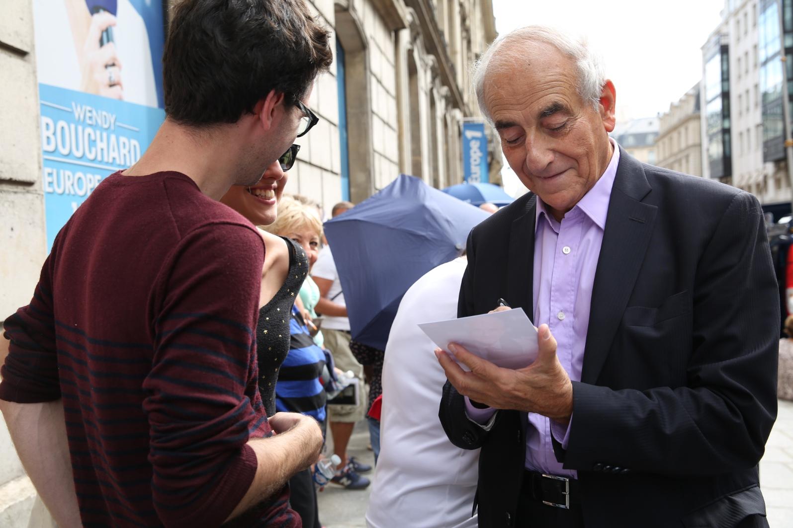Comme chaque année, Jean-Pierre Elkabbach a signé lui aussi quelques autographes