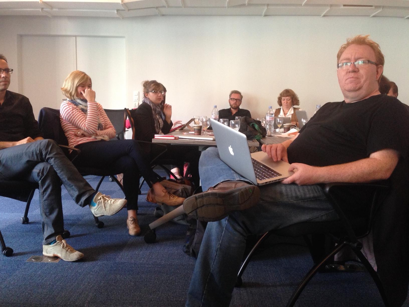 Ambiance studieuse hier après-midi à Bruxelles avec au premier plan le consultant britannique Nik Goodman