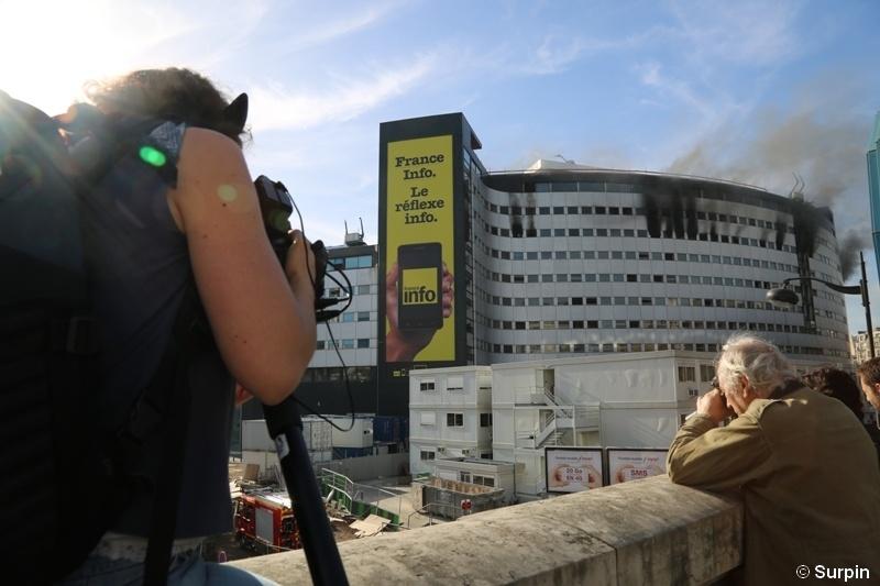 Radio France dans la fumée alors que la Maison de la radio doit rouvrir le 14 novembre prochain © Serge Surpin pour La Lettre Pro de la Radio