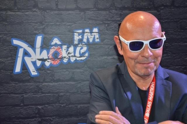 Kurt Hediger porte fièrement le gadget à la mode actuellement dans tout le Valais : les lunettes Rhône FM.