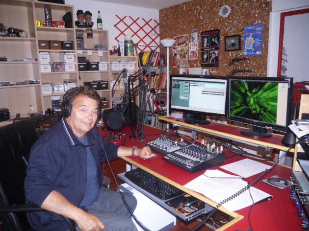 Jean-Claude Vasseur dans son home studio. Il y a produit plus de 358 émissions, juste pour la passion et quelques droits d'auteur.