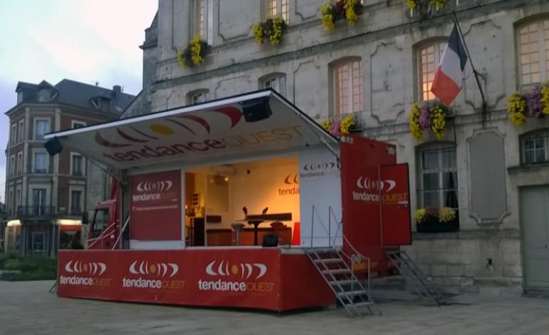 Ce matin, au lever du jour, le camion rouge de Tendance Ouest s'est installé sur la place Gustave Héon de Bernay dans l'Eure