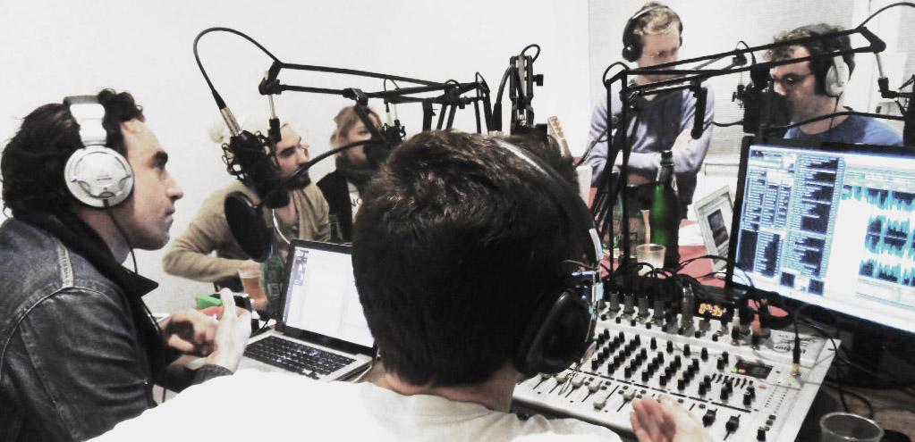 Toute l'équipe de Super 8 au boulot dans son studio parisien