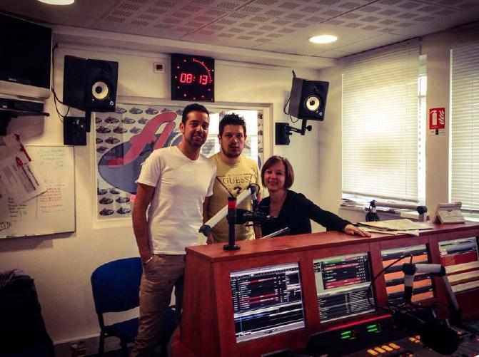L'équipe du matin, chez Flor FM. Julien, Brice (alias Bristol) et Déborah, la journaliste. Leur ligne de conduite ? Tout ramener au local.