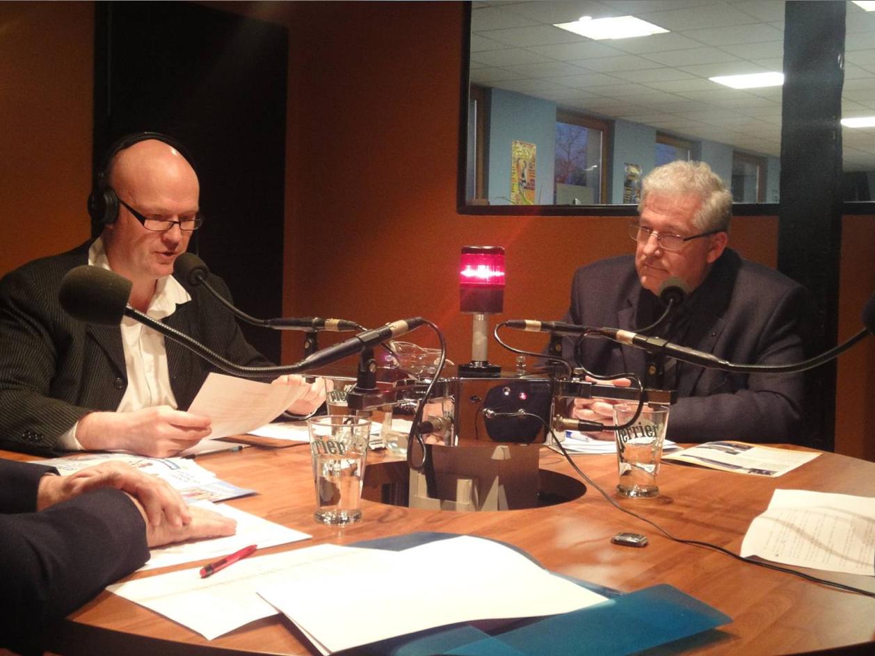 Franck Jehl (à gauche), met en boîte l'interview d'un des 70 binômes de candidats de son secteur.
