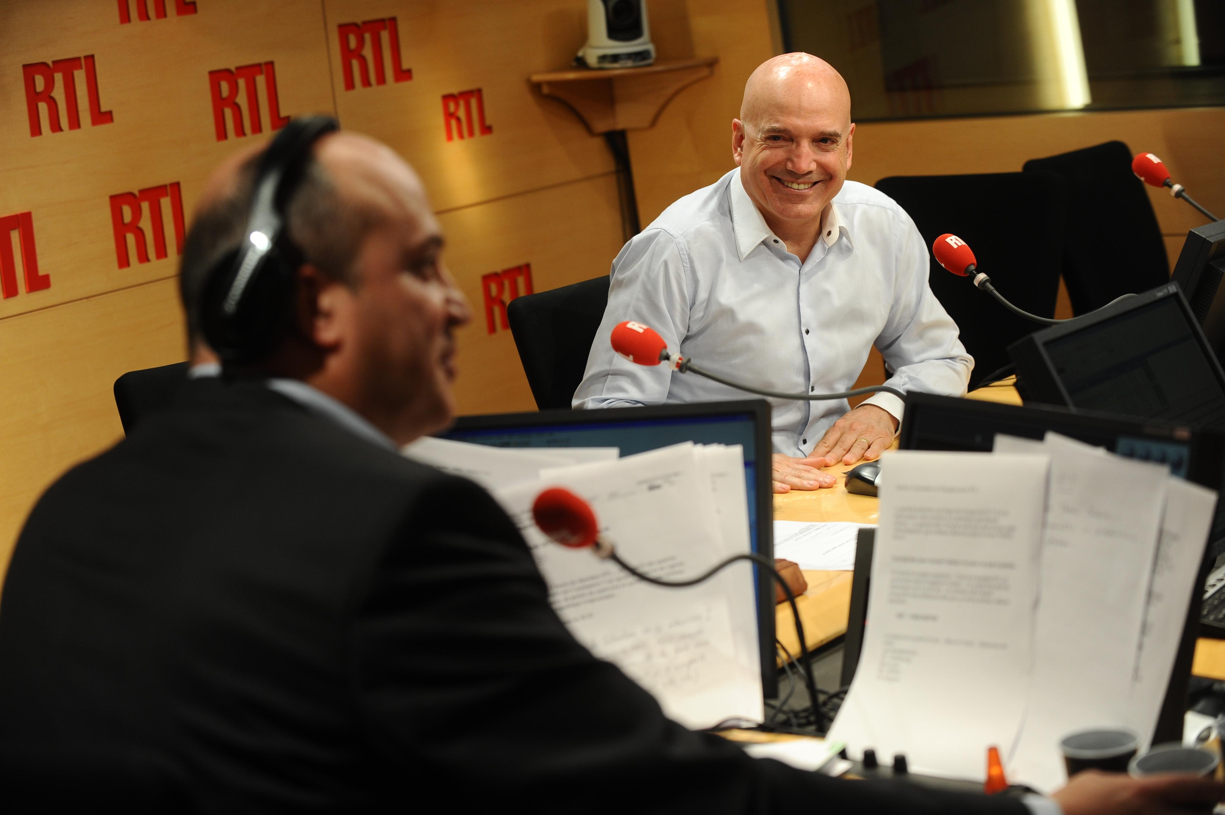 Louis Bodin, ici dans le studio de RTL avec Bernard Poirette.