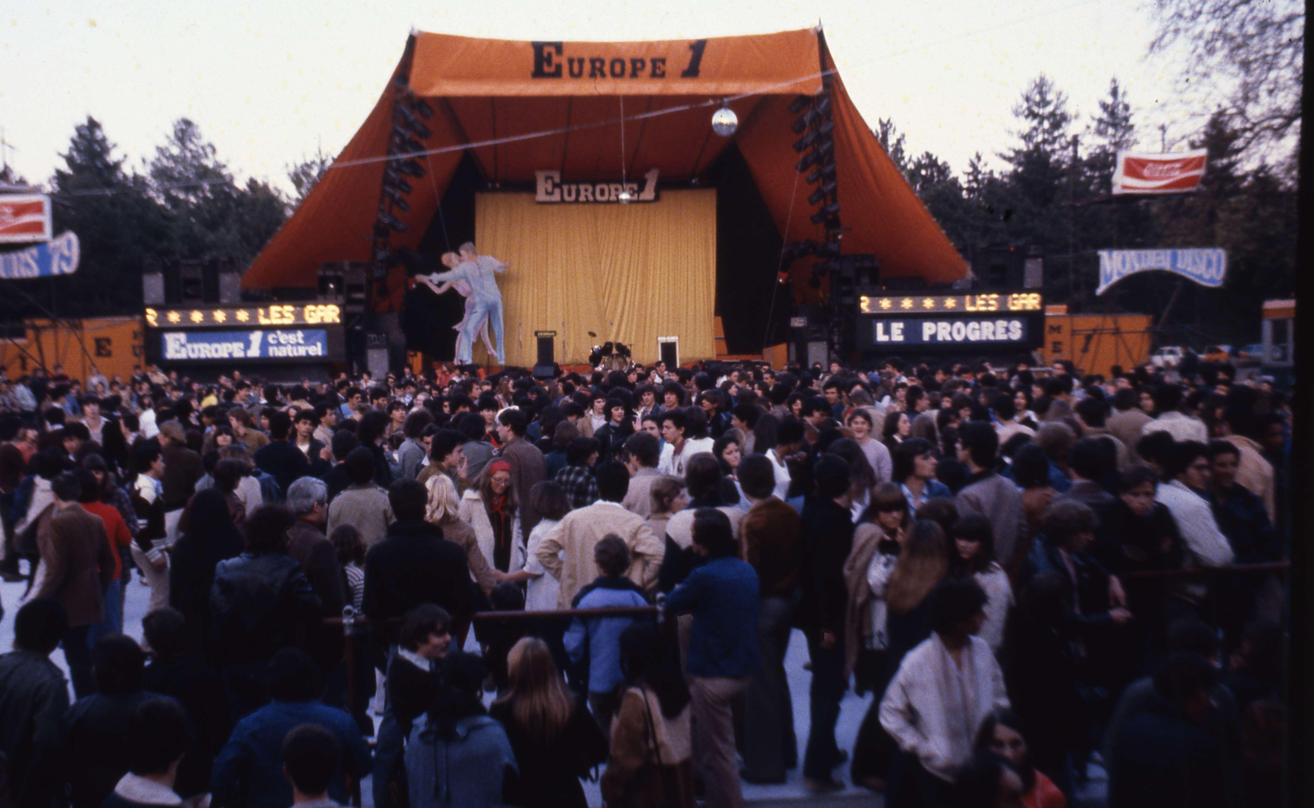 Jusque dans les années 80, les Podiums Europe 1 créaient véritablement l'événement dans les villes-étapes © DR