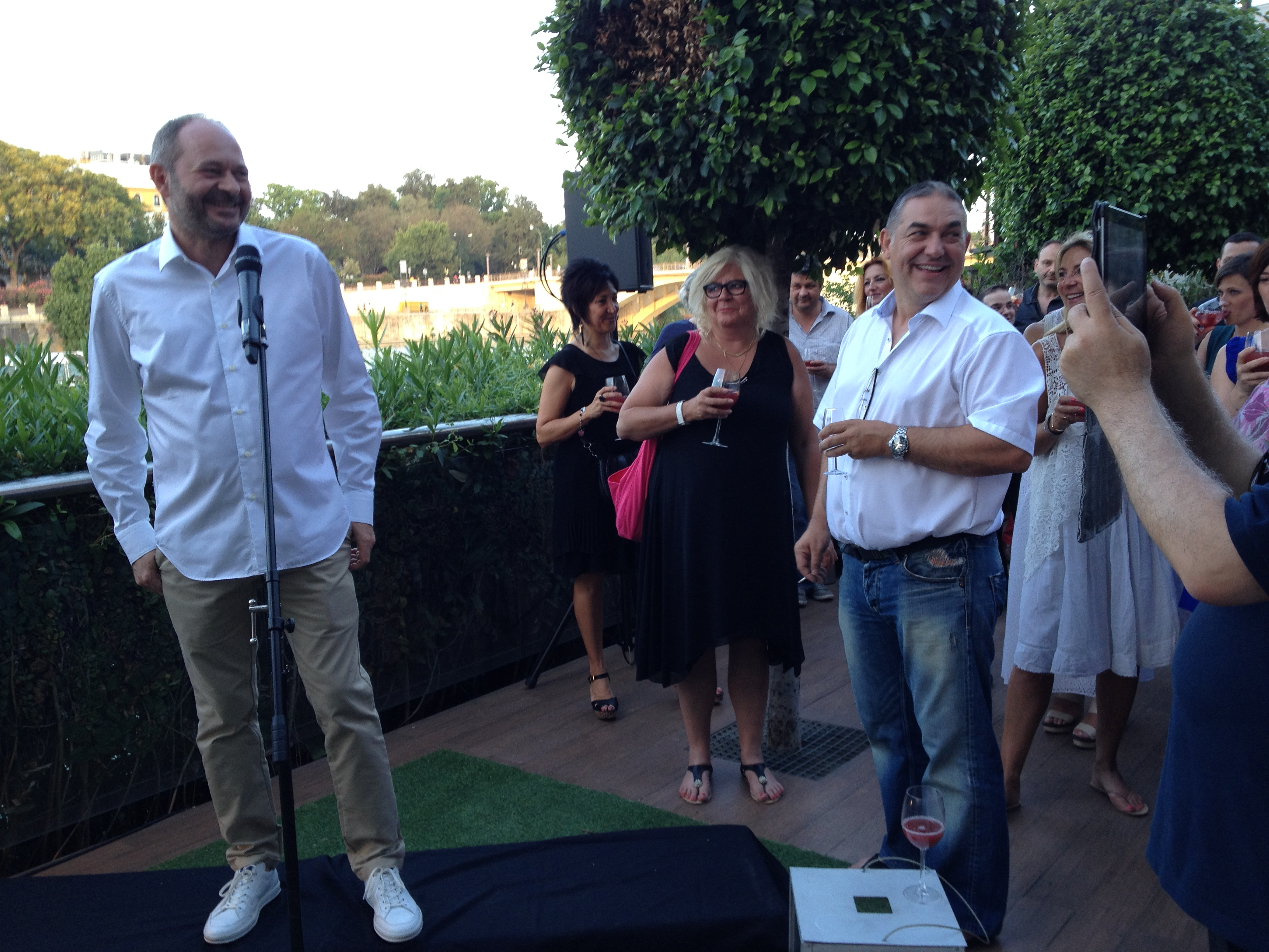 Le dîner de gala, au bord du Guadalquivir. Le président Valli a remercié l'équipe d'organisation, au premier rang desquels Frank Levis et Géraldine Beguin. On n'imagine pas la somme de petits détails et de grosses questions stratégiques qu'il faut anticiper et régler pour emmener... plus de 120 radios en Espagne.