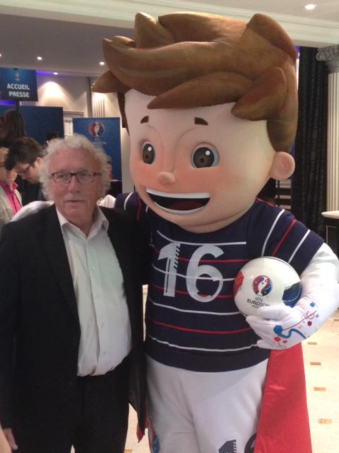 Jacques Vendroux, directeur des sports de Radio France avec Super Victor, mascotte de l'Euro 2016 © Radio France