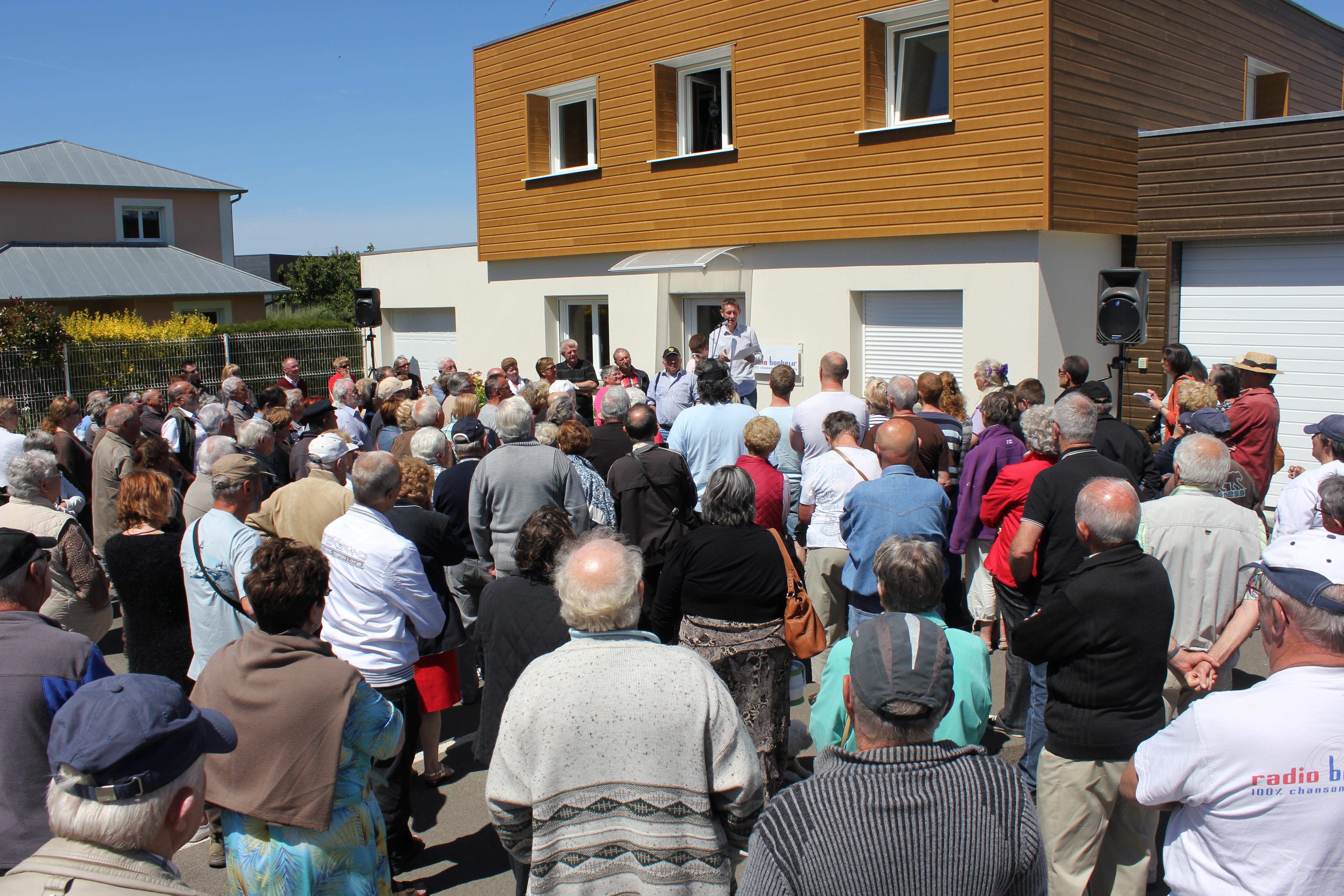 Une grosse centaine d'auditeurs devant les locaux de Radio Bonheur le 7 juin dernier pour exiger du CSA un développement rapide de sa couverture