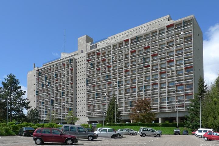 L'émetteur de Radio Ondaine installé sur le toit de l'immeuble Le Corbusier avant le passage de la tempête