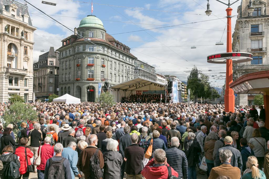 """Près de 4 000 personnes ont chanté en chœur la """"Messe allemande"""" de Schubert sur la Place Centrale ensoleillée de Bienne ce dimanche à midi © RTS / Jérôme Genet"""