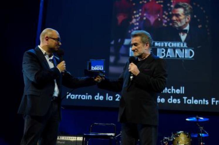 Eddy Mitchell recevant un Talent d'Honneur sur la scène des Folies Bergère
