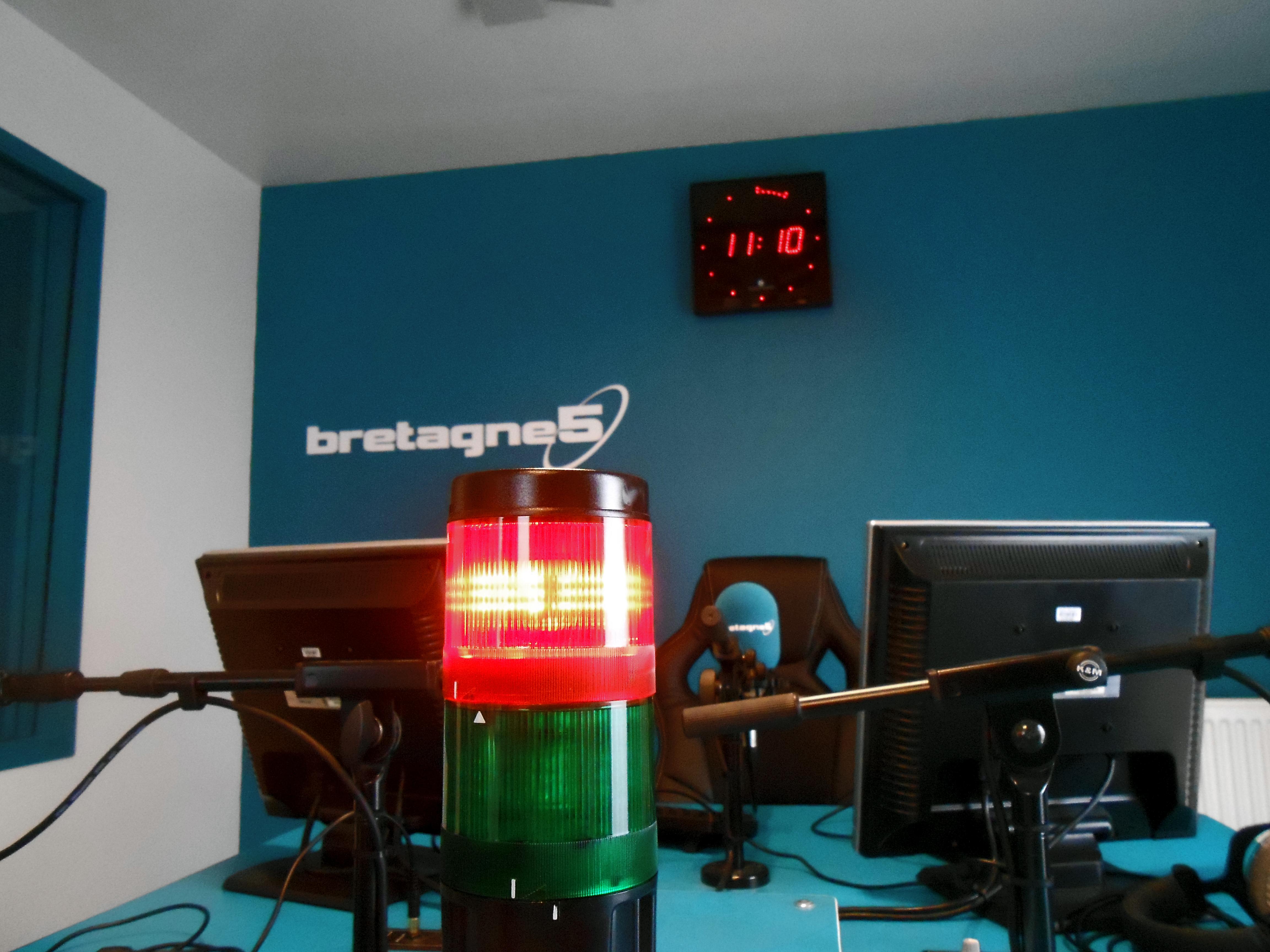 Bretagne 5 est la première radio associative autorisée à diffuser en ondes moyennes en France. Elle est aussi la première radio privée française à avoir effectué des essais de diffusion en ondes moyennes numériques (DRM) en 2008.