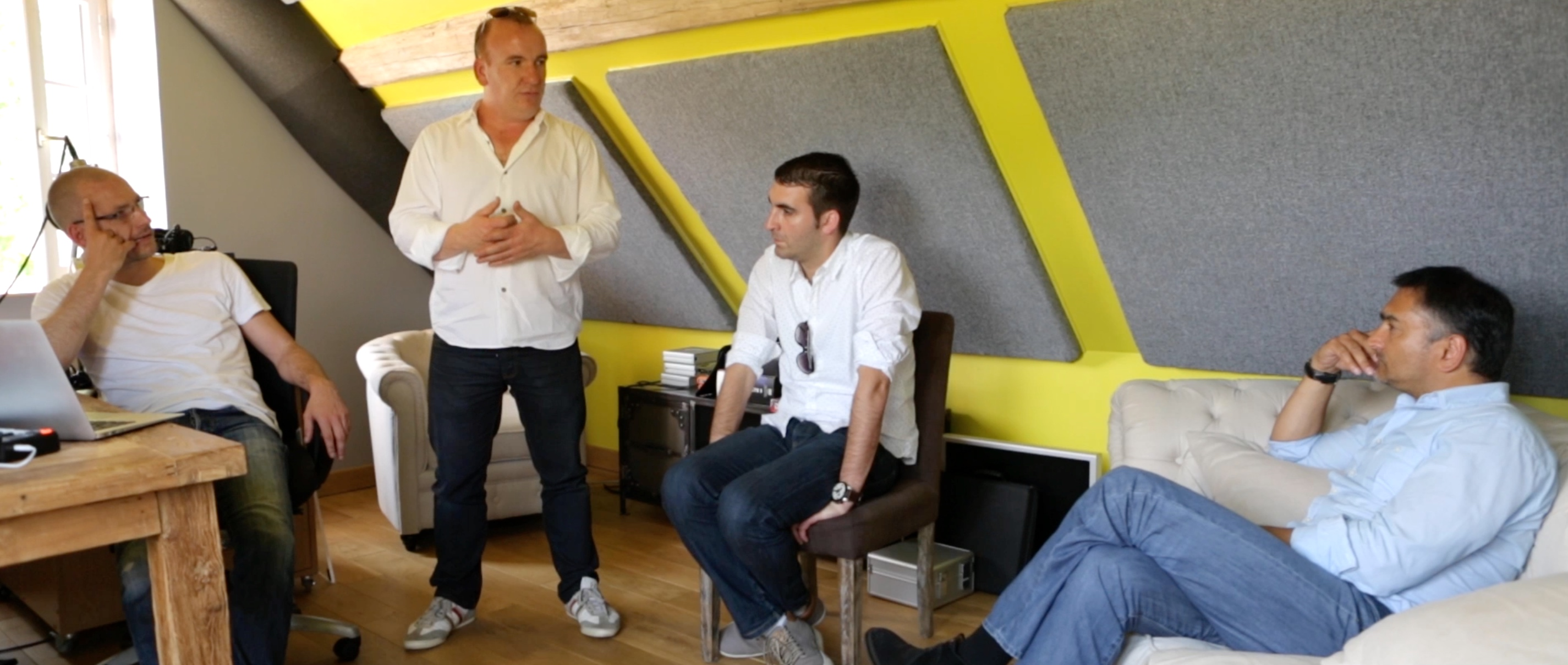 La réunion de préproduction dans le studio Soniic Design avec (de gauche à droite) Oliver Klenk, Jean-Michel Meschin, Raphaël Dauce et Dominique Lemonnier