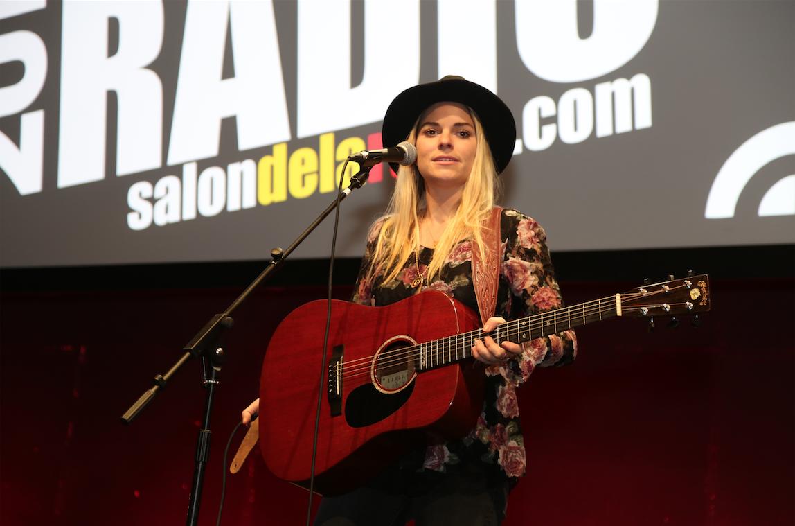 Pour la première fois, le Salon de la Radio a proposé un showcase avec le chanteur Tibz et Sophie Tapie qui a finalement passé toute sa soirée dans les allées de l'événnement
