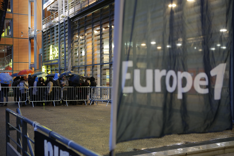 Les spectateurs se sont pressés très tôt, sous la pluie, devant l'Amphithéâtre de Lyon. Photo : P.Laurent / Capa Pictures / Europe 1