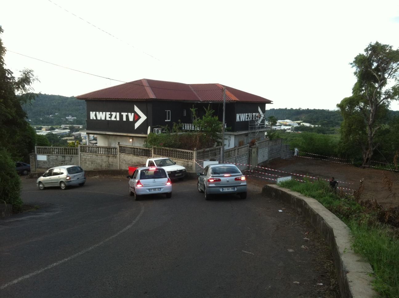 """À Mamoudzou, face à l'arrivée de la """"barge"""", les studios de Kwezi FM et Kwezi TV."""