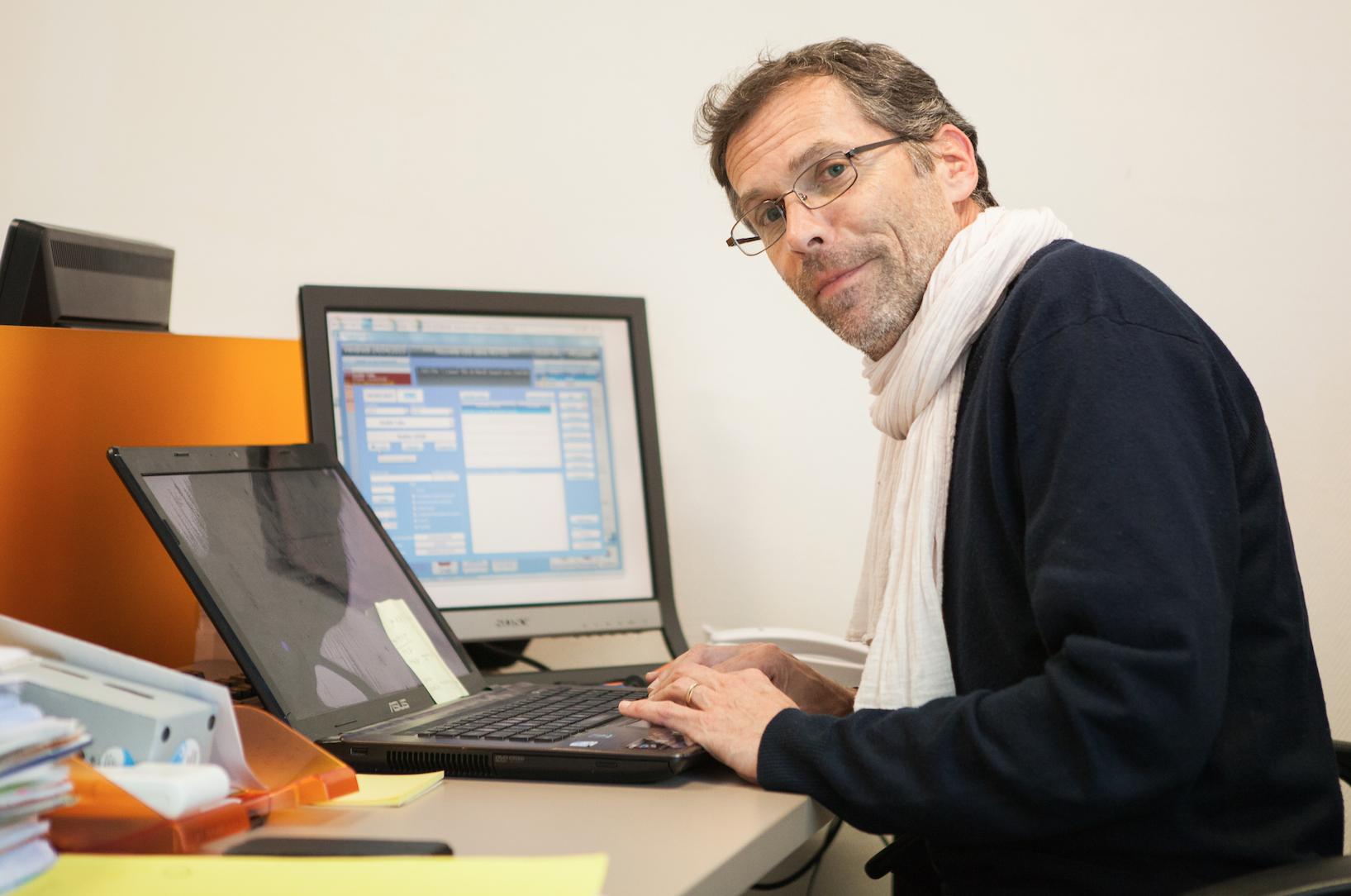 Pierre Caubel, allias Max, est le responsable d'antenne de RCA.
