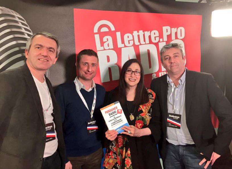 Valerie Geller entouré d'une partie de l'équipe de La Lettre Pro de la Radio aux Radiodays Europe
