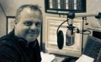 Mark Butcher dirige la station et présente le Morning Show
