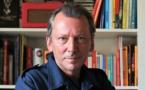 Serge Fournel utilise des livres et des sites web pour réaliser son éphéméride radio. / Crédit : Anne Fournel