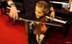 RTS offre un violon à une très jeune auditrice