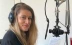 Camille, la voix off, donne de l'ambiance à la radio. © Melody.