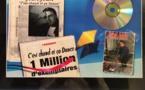 """Collector : un """"disque d'or"""" offert par son équipe à Jean Vandecasteele, à la fin des années 90. La radio est en plein boum, elle devient un véritable phénomène. Les compilations qu'elle coproduit se vendent comme des petits pains. La photo à droite date des travaux de 1985, quand la radio est passée du statut d'associative à celle de SARL commerciale."""